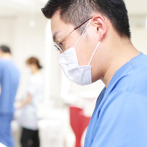 治療にあたる歯科医師